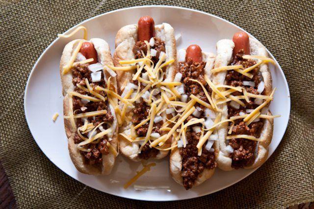 Neem jou klassieke chili resep op `n kerf deur die toevoeging van Chipotle rissies en bier by die mengsel.