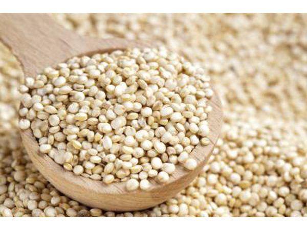 `N houtlepel gevul met quinoa.