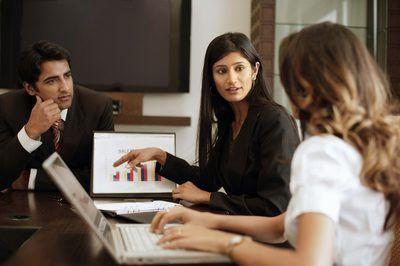 Vrou praat in besigheid vergadering