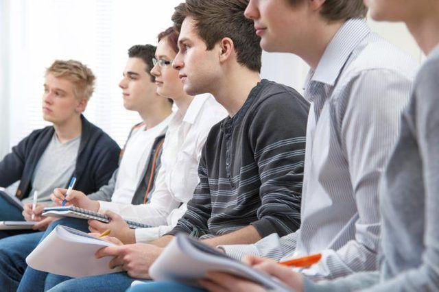 `N Groep van die kollege studente saam sit.