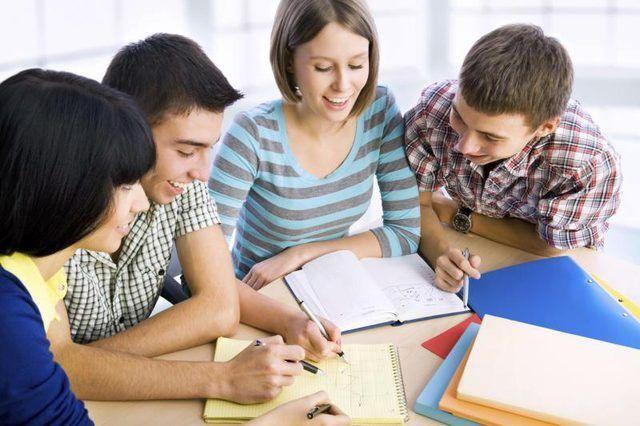 `N Groep van die kollege studente is saam studeer.