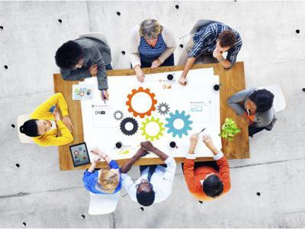 `N Groep van die kollege studente saam sit die uitvoer van `n vergadering.