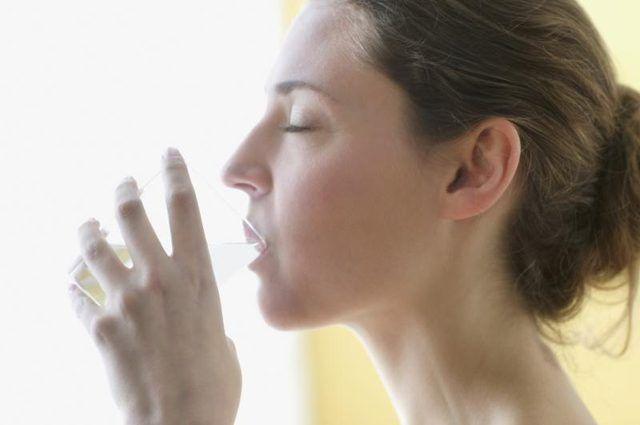 Vrou drink van glas water.