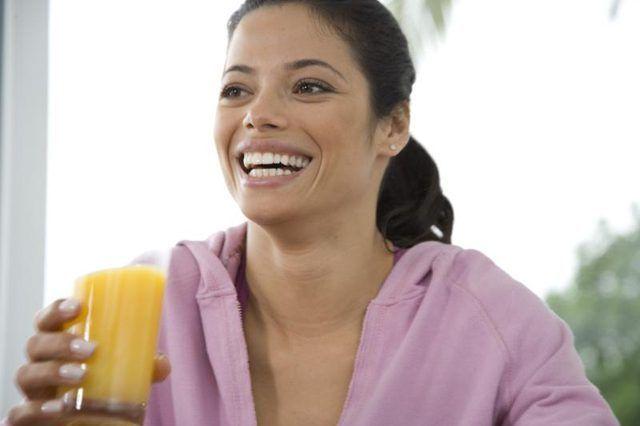 Vrou hou glas vars lemoensap.