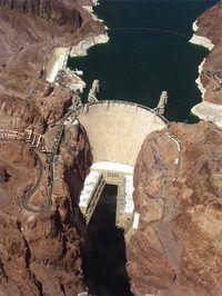 Die Hoover Dam genereer elektrisiteit uit die enorme krag van vallende water.