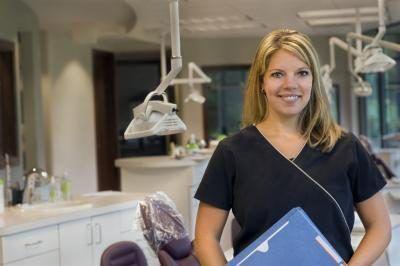 A tandheelkundige hygenist het `n kliënt rekord in `n tandheelkundige kantoor.