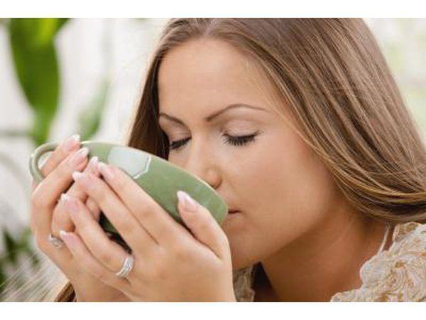 vrou drink warm suurlemoen water