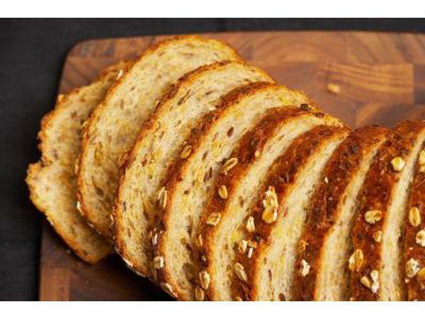 Snye volgraan brood op `n snyplank.