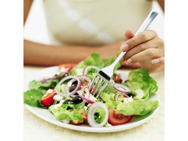 `N Vrou eet `n klein slaai.