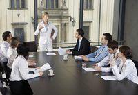 Vrou voorste besigheid vergadering in die amp