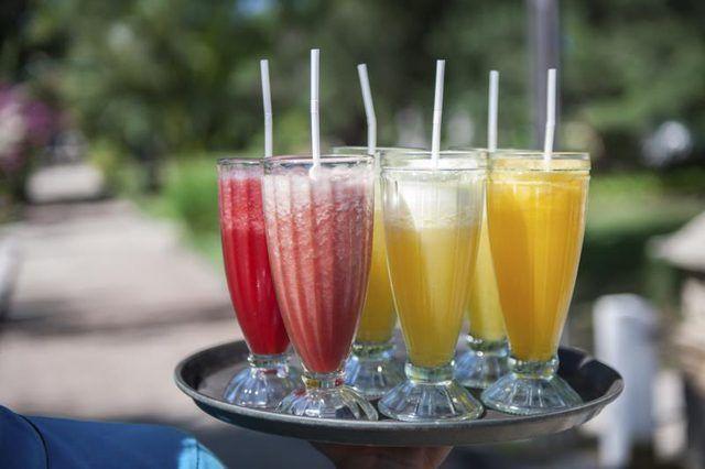 `N verskeidenheid van vrugte cocktails op `n skinkbord.