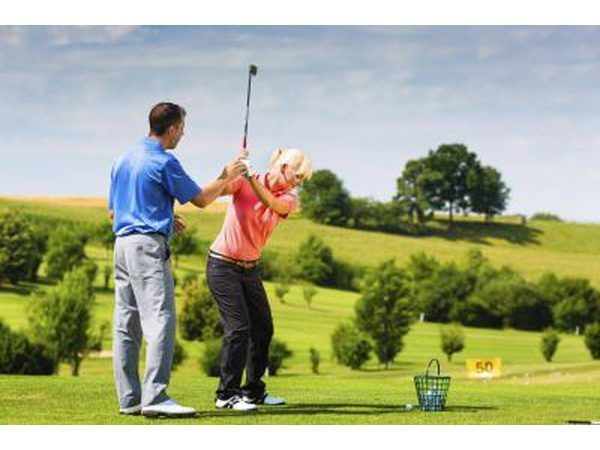 Golf instrukteur help vrou`s swing