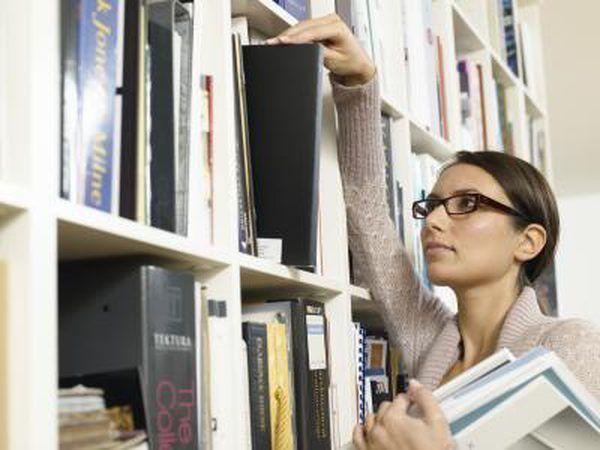 `N bibliotekaris assistent verwyder boeke van `n rak.