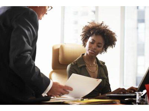 `N baas praat met `n administratiewe assistent.