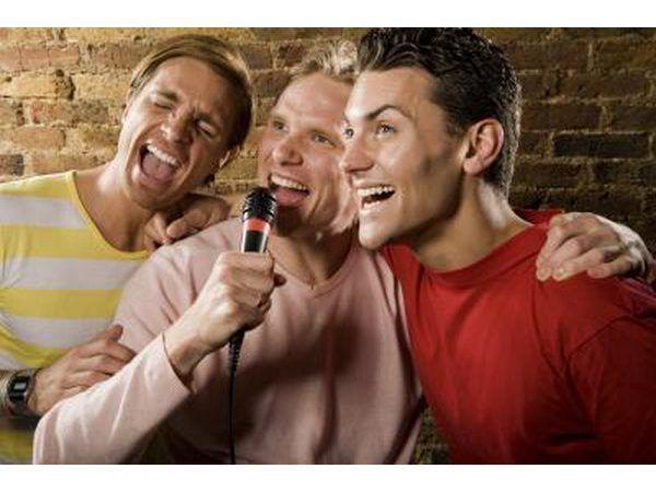 Groep mans sing `n snaakse lied