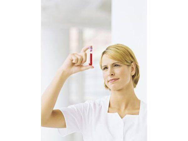 Verpleegster wat `n proefbuis van bloed