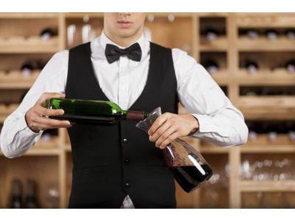 Kelner in tuxedo giet wyn