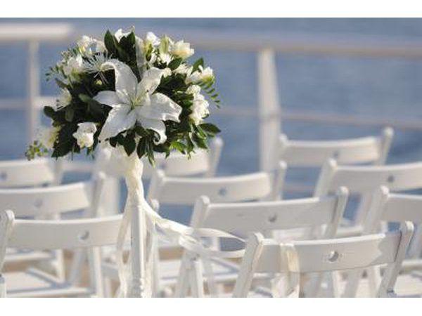 Blomme en stoele gerangskik vir `n huwelik op `n skip