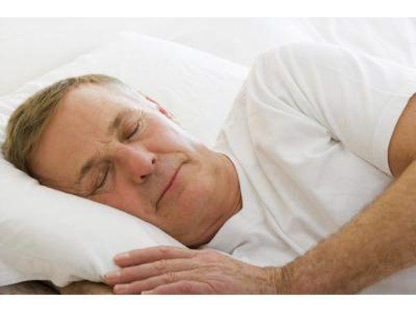 Bejaarde man slaap