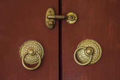 Brons deurhandvatsels op verroes rooi geverf deur