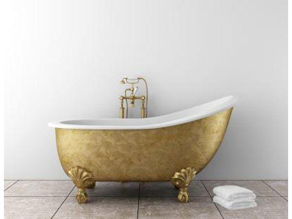 Die-brons gekleurde bad nooi teen die off-wit muur.