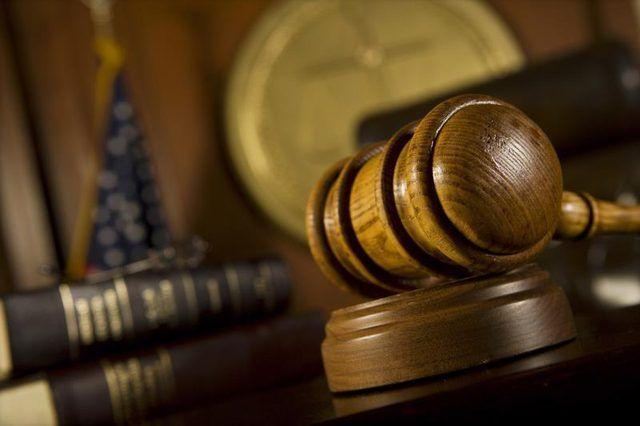 Close-up van `n hamer in die hof