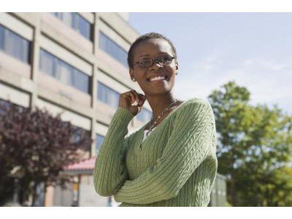Vrou staan buite `n gebou op `n kollege kampus