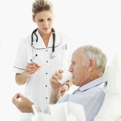 Verpleegster met bejaarde pasiënt.
