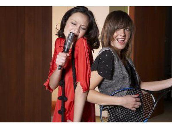 Om pret te hê met karaoke deur die maak van jou eie weergawe van die tradisionele Geluk liedjie.