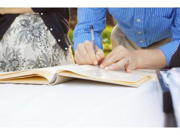 Ondertekening gasteboek met pen.