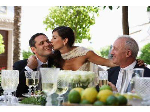 Bruidspaar egpaar met pa van bruidegom.