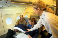 Cabinepersoneel werk om gerief en veiligheid passasier verseker.