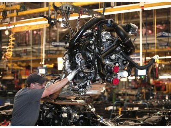 Pick-up truck enjin geïnstalleer op monteerbaan