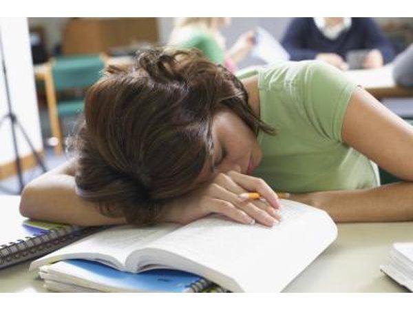 Vrou slaap op boeke